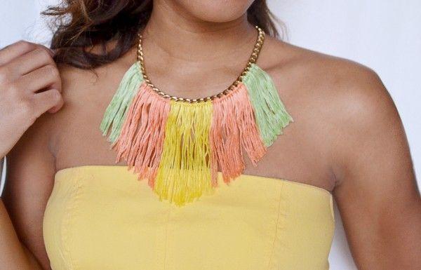 Para añadir un poco de color a tu look de primavera y verano nada mejor que este sencillo collar con flecos de colores. Es tremendamente fácil de hacer y muy económico!