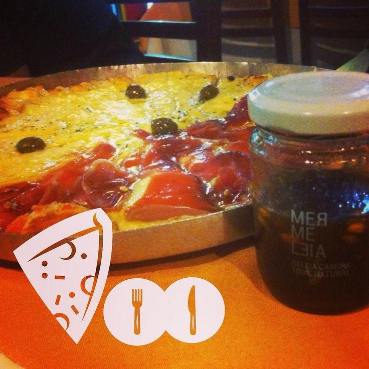 Todo mundo espera alguma coisa de um sábado a noite! Até uma pizza de IPA! Sim agora você já pode unir o sabor da sua Mermeleia de IPA com sua pizza favorita! Uma criação @mermeleia @revendamermeleia @villa_fresh e  Pizzaria 7a Avenida. Bom sabadão!  #geleiadeIPA #IPA #IPAdecolher #mermeleia #mermeleiasantos #mermeleianolitoral #cerveja #beer #birra #pizza #pizzadeIPA #setimaavenida #IPApizza #cheese #sábado #weekend #jantar #amigos #inteligenciacompartilhada by revendamermeleia