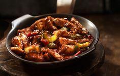 Sweet & sour -possu Sweet & sour -possu on kiinalaistyylinen, hapanimelässä kastikkeessa tarjottu nopea possuruoka. 1. Valmista ensin sweet & sour -kastike. Annostele kaikki kastikkeen ainekset tehosekoittimeen ja aja tasaiseksi. Anna kastikkeen maustua lihan leikkaamisen ajan. 2. Poista porsaan sisäfileestä ylimääräiset kalvot. Leikkaa liha ensin ohuiksi pihveiksi ja sitten pihvit suikaleiksi. Halkaise kurkku ja poista …