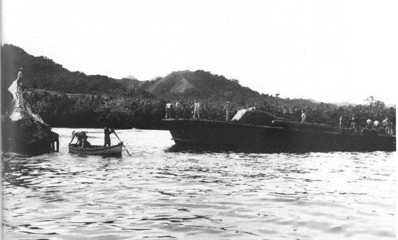 L'équipage de la vedette américaine PT65 examine la carcasse du sous-marin japonais I-1, coulé le 29 janvier 1943 à Kamimbo, sur Guadalcanal. Moins coûteuses que les navires de ligne, les vedettes lance-torpille américaines ont permit aux américains de gardez une présence maritime forte contre le Tokyo express, alors même que les défaites navales avaient fortement entamé le potentiel maritime américain dans les Salomon