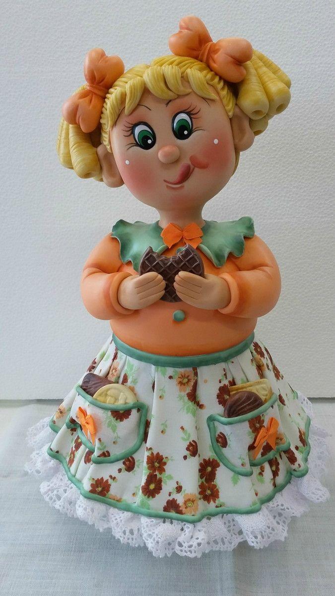 Pote Menina bolacha III  Pote de 1,3 L, trabalhado em biscuit em forma de menina comendo bolacha.  Pote utilitário.  Veja mais modelos no mostruário.    POLÍTICAS DA LOJA:  ENCOMENDAS NACIONAIS:  Favor consultar mês disponível para agendamento.  O prazo de confecção é de 45 dias a partir do mês a...