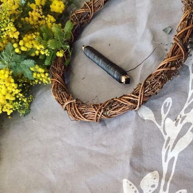 #ミモザ #ミモザアカシア #リース 初めてiPhoneのタイムラプスを使ってみたけど、うまく撮るのは難しい〜〜。かなりゆっくり作業したのが、高速でこう再生されると何だか別ものな感じ…。 でも300postの記念に投稿させて頂きます(^-^) いつも見て下さってありがとうございます💕✨ #花 #花のある暮らし #花のある生活 #フラワー #グリーン #植物 #flower #flowers #green #flowerstagram #mimosa #wreath #eucalyptus #グニユーカリ #ユーカリ #ミモザのリース