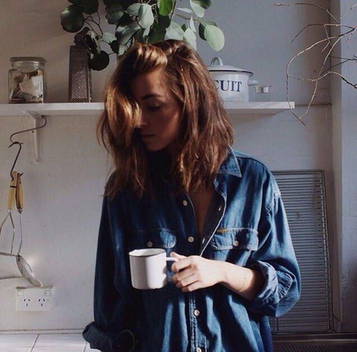 mujer tomando cafe en la mañana