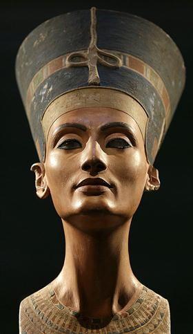 El busto de Nefertiti, esposa del faraón Akenatón, en el Museo Egipcio de Berlín