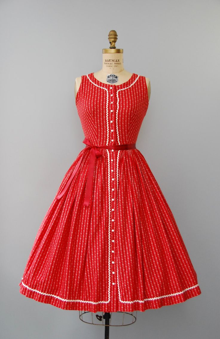 Absoluut verbazende 1950s cherry rode en witte katoenen jurk van de zon door Lanz originelen met gesmoord taille, zeer volledige rok, rick rack trim, mouwloos bovenlijfje met scoop neckline, witte afgerond plastic knoppen onderaan de voorzijde, witte bloemen print en front taille sluiting. Bekleed. Te zakken!  voorwaarde: over het algemeen uitstekend, zeer kleine verkleuring op de oksels. vers schoongemaakte en klaar om te dragen Label: Lanz originelen materiaal: katoen…
