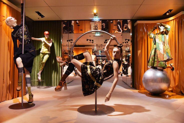 PRADA展覽再創話題!擬人模特兒揭開The Iconoclasts序幕|品味遊歷-VOGUE時尚網