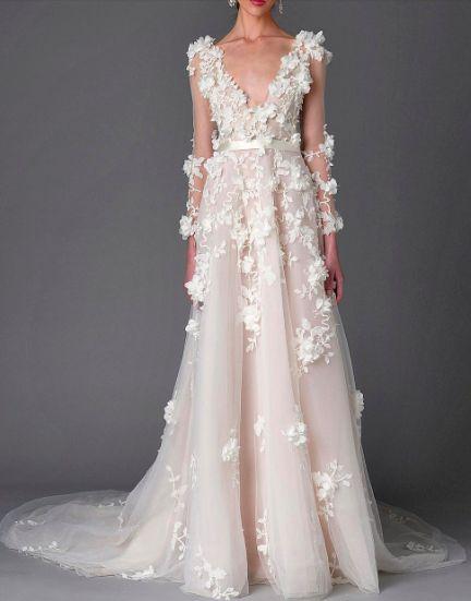 'Special effects' op je trouwjurk: We zien qua trouwjurken een heleboel bijzondere details op de jurk. Steentjes, bloemen, kant, en nog veel meer. Het geeft een beetje zo'n 3d effect. Check nu de blog: http://www.girlsofhonour.nl/allerleukste-bruiloft-trends-2017/