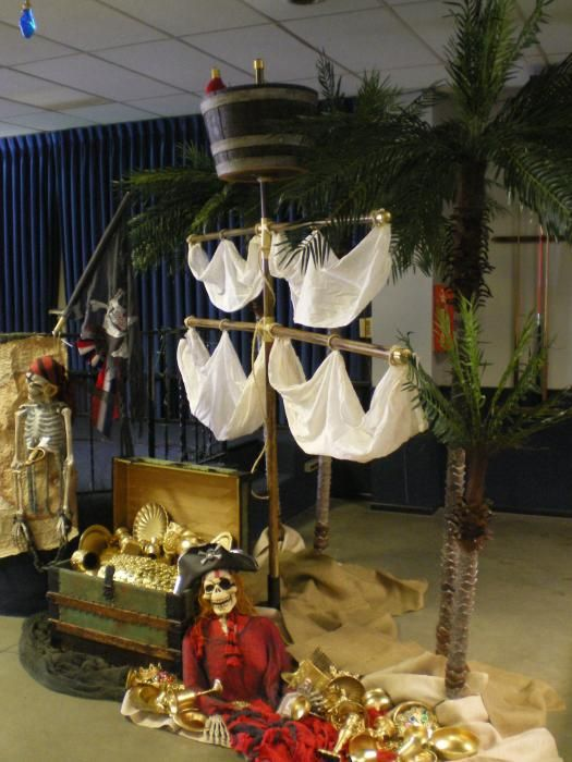 Celebrate and Decorate : A Pirate Party! Use broom sticks to hang your sails...Gaaf in de klas!