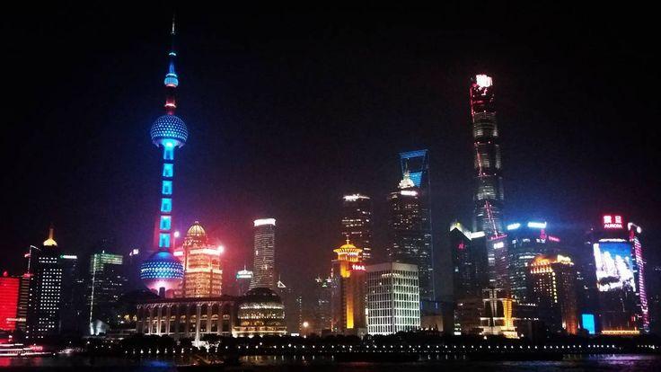 #shanghai #china Vista de la torre de televisión conocida como la Perla Oriental, construida en el distrito de #Pudong. Este es uno de los edificios más altos de Asia y la quinta torre de televisión más alta del mundo. El otro edificio alto es la#torredeshanghai que tiene una altura de 632 m y 128 plantas. Este rascacielo es eledificio más alto de Chinay elsegundo en el mundodetrás delBurj Khalifa de #dudai... a parte de estas particularidades esta ciudad es de mis favoritas de China…