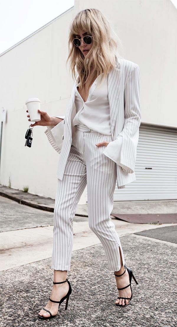 Street style look escritório, all white com listras e  um sapato escuro pra equilibrar a produção.