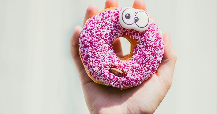 Wir erklären dir, wie du ermitteln kannst, wie viele Kalorien du am Tag zu dir nehmen darfst – und wie viel du essen solltest, wenn du abnehmen willst.