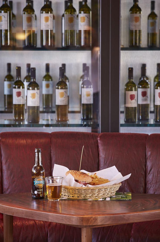 Απολαύστε στο The Upper House ένα γευστικότατο Burger Special με σπιτικό μοσχαρίσιο μπιφτέκι με τυρί, τομάτα, κρεμμύδι, πίκλες και την δική μας bbq σος. Θα γλύφετε τα δάχτυλά σας! #TheUpperHouse #UpperHouseAthens #CityLink #Athens #Restaurant #AthensRestaurant #Cafe #AthensCafe #CoffeeHouse #Coffee #CoffeeInAthens #AthensCoffee #AthensCoffeeHouse #Food #AthensFood #FoodInAthens #Burger #BurgerSpecial #Beer #LunchBreak