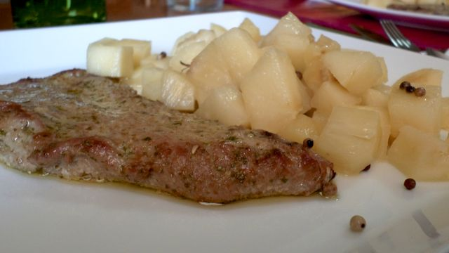 Ventrescas de atún rojo al horno, con piña y manzana