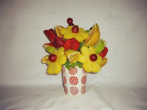 SWEETNESS. Una deliciosa combinación frutal: margaritas de Piña con botones de uvas roja, fresas frescas al natural, trozos de naranja, trozos de manzana verde y roja. $80.000