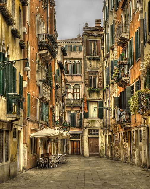 venice italy essay Venice is elegant, precious, inimitable, entertaining, and romantic it is a jewel in the italian touristic landscape, where churches, buildings, old bridges.