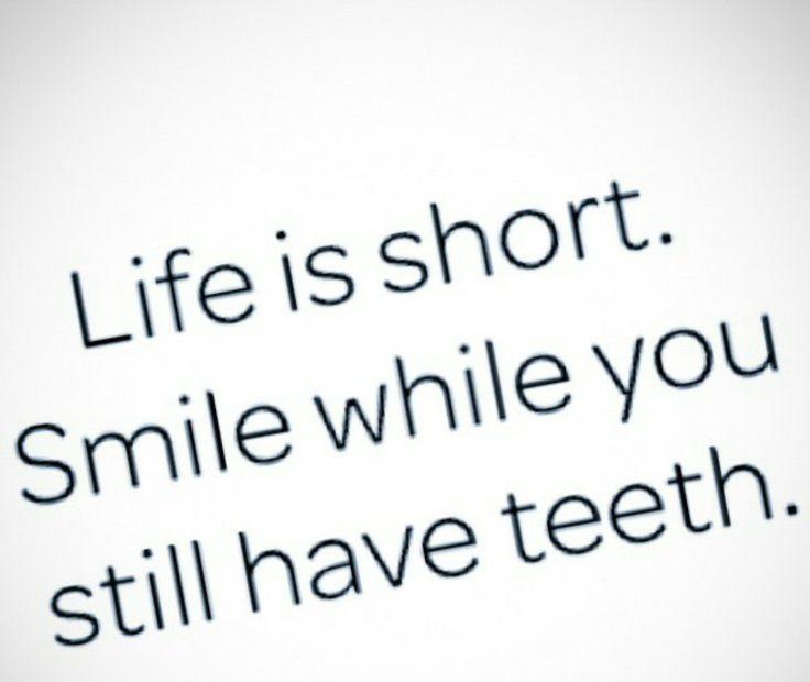 Tiriamoci su di morale  #la #vita #è #corta #sorridi #finché #hai #i #denti