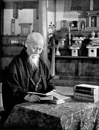 O Sensei Morihei Ueshiba dans sa bibliothèque