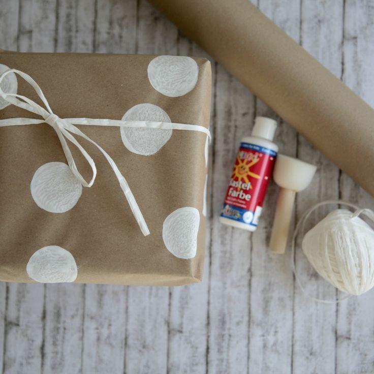 Geschenke verpacken mit Packpapier weiße Punkte