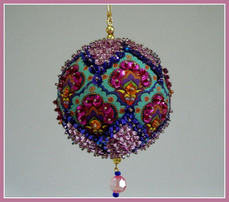 Pingente natalino confeccionado com bola de isopor e alfinetes, adornado com lantejoulas, pedrarias, cristais  vidrilhos, miçangas e contas.