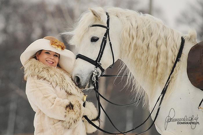 Ksenia Samsel, właścicielka Klubu Jeździeckiego Huzar, www.kjhuzar.pl; http://ladybusiness.pl/czlonkinie/ksenia-samsel/: Ksenia Samsel