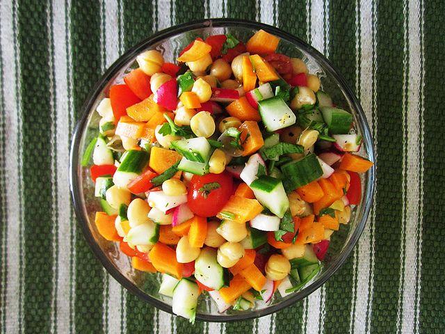 Веганский Нежданчик: Израильский салат с нутом