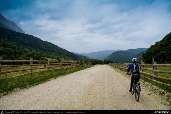 Traseu cu bicicleta MTB XC Zarnesti - Valea Barsei - Cabana Plaiul Foii - Zarnesti (varianta familie, copil de 1 an), Judetul Brasov, Romania. Zarnesti. Toamna. Septembrie. Familie. Pe biciclete. La poalele Muntilor Piatra Craiului. Spre Cabana Plaiul Foii, pe Valea Barsei, si inapoi, in limita a 20 de kilometri, a fost a treia idee de traseu cu bicicleta alaturi de copil. Un traseu usor in trei (...)