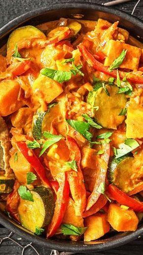 Tandoori-Tikka-Gemüse-Curry mit Kokosmilch und knusprigem Naan-Brot
