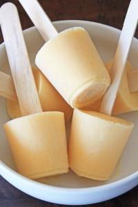 Popsicles de la empanada del melocotón leche de la almendra de 1 taza 1 plátano congelado, 2 melocotón grande tajado pelado, vainilla cortada en cuadritos sembrada de la cucharilla del ½ sujetador del agavo de 1 cuchara de sopa de cinamomo