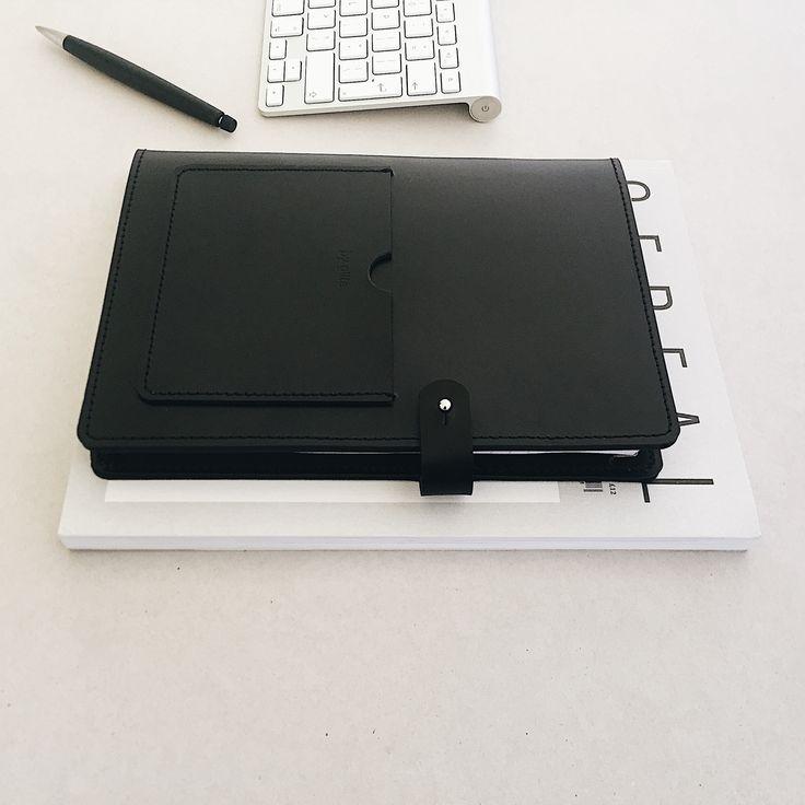 Luxe schrijfmap in A5 formaat. Een vakje voorop voor visitekaartjes en een groot vak aan de binnenzijde. wordt geleverd met A5 schrijfblok en beschermhoes van biologisch katoen.