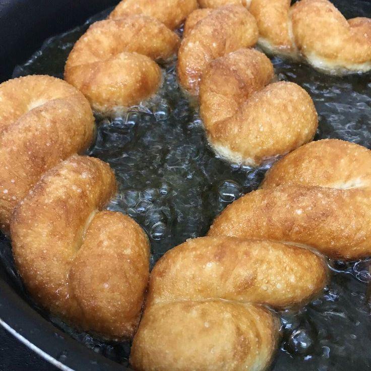 卵なしツイストドーナッツ 桜小豆とよもぎのシフォン 紅麹と抹茶のケーキ 黒糖クルミ大福と苺大福 タピオカミルクティー ごま葛プリン  黒蜜ソース  11時半より販売です  お待ちしてまーす
