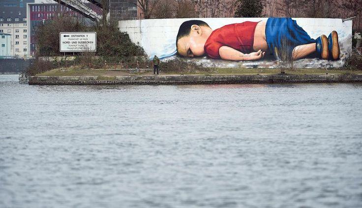 Herken je dit jongetje nog? De peuter Aylan kwam vorig jaar om het leven toen hij samen met zijn familie Europa probeerde te bereiken. In Frankfurt is nu dit kunstwerk gemaakt van de beroemde foto. De schildering op de muur is 120 vierkante meter groot. Twee mensen hebben er 40 uur aan gewerkt. #rtlnieuws #picoftheday #aylankurdi #refugees #germany #graffiti