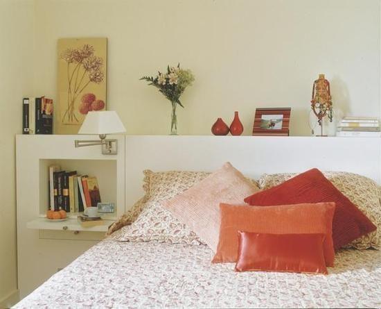 La mesilla es un apoyo imprescindible en cualquier dormitorio y el cabecero, la pieza que da personalidad. Aquí tienes varios modelos en todos los estilos para que formes un mix perfecto.