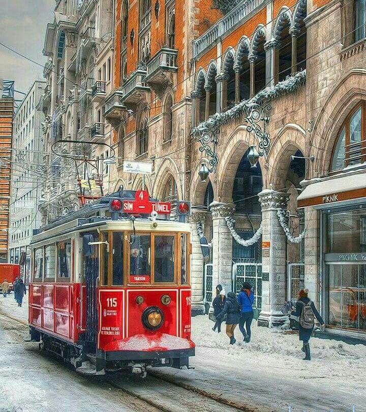 """Taksim tünel Beyoğlu istanbul Nahid Özen """"Bir tren boşaldı sonra meydanlara kuşlar indi Seni beklerken herşey sana benzedi Sonra bir ağaç indi, agaç Sana benzedi  Bir şarkı yanaştı iskeleye, kelimeler sana benzedi Sonra bir yağmur indi, sonra ebem kuşakları Sonra sen geldin, sen geldin Bütün sokaklara  Öyle bir rüya öyle Öyle bir rüya  Beyoğlu'na bir tramvay Raydan çıkmış vay Sensiz bunca yıl nasıl yaşadığımı Vay ki ömrüme vay"""""""