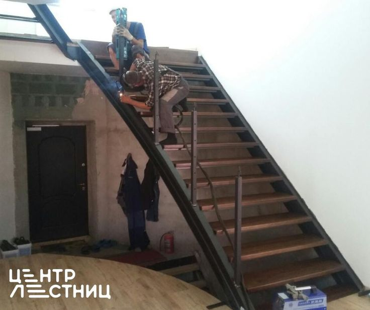 Вести с полей. Этап монтажа #лестницы в стиле #лофт  Сварка производится аргоном, без искр, дыма и запаха. Лестница открытого типа на металлических тетивах со ступенями из лиственницы. Ограждения металлические с тросиками и круглым поручнем. Следующий шаг - установка тросиков в стойки #ограждения. #центрлестниц #лестницавдом #свойдом #хочудом #строимдом #удобнаялестница