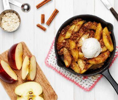 Sockerstekta äpplen är en suverän äppeldessert som du snabbt gör i stekpannan. Med kanel och havregryn så smakar det äppelpaj men mycket enklare att tillaga. Oväntat besök? Den här äppelefterätten tar inte många minuter att få klar till fikat. Servera med kall vaniljglass eller vaniljsås.