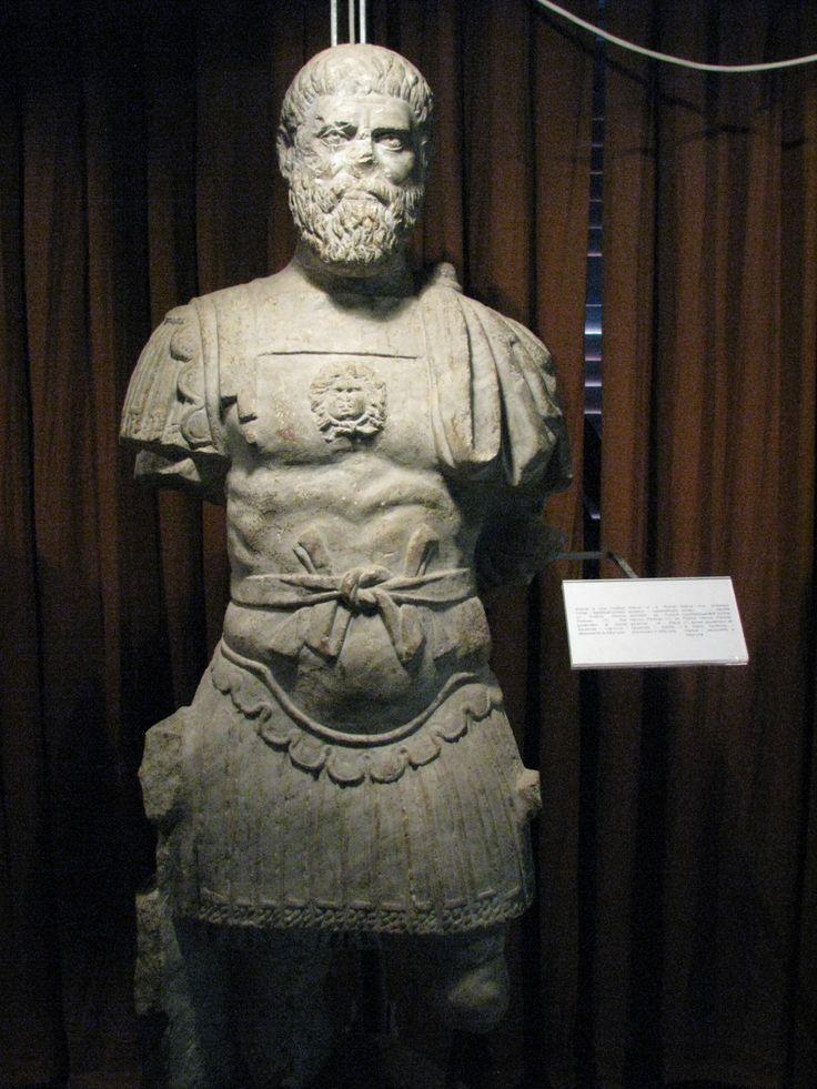 PERTINACE Publio Elvio #Pertinace, Publius Helvius #Pertinax in latino (Alba, 1º agosto 126 – Roma, 28 marzo 193), è stato un politico, militare, console e imperatore romano. Pertinace fu proclamato Imperatore romano la mattina seguente all'assassinio di Commodo il 31 dicembre 192. Successore Didio Giuliano.