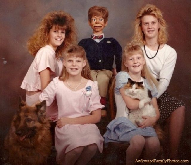 20 Funny Family Portraits Made 100% Better By Adding Pets