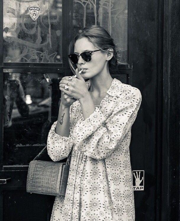 Malgré son look sage, cette robe, associée aux bons accessoires, s'avère rapidement tendance.