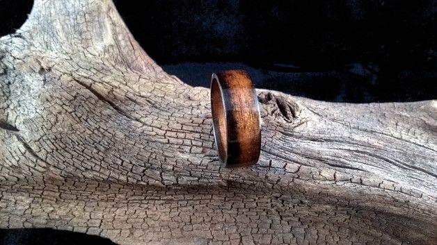 Ich biete hier einen in Handarbeit hergestellten Benwood Ring aus Zebrano an. Der Ring ist mit Cyanacrylat versiegelt und dadurch zu 100 Prozent Wasserfest. Jeder Ring ist in Hochglanz oder...