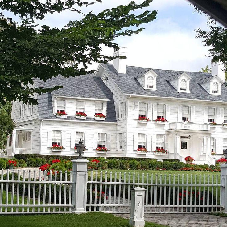 Architecture. #architecture #beautiful #longisland #ny #nassaucounty #richlife #life #mimari #zengin #insanlar #güzel #hayatlar #hayatın #anlamı #bumudur  #göze #hoş #görünen #harika #evler #detaylar #bahçeler http://turkrazzi.com/ipost/1524714195017426270/?code=BUo33tqAmVe