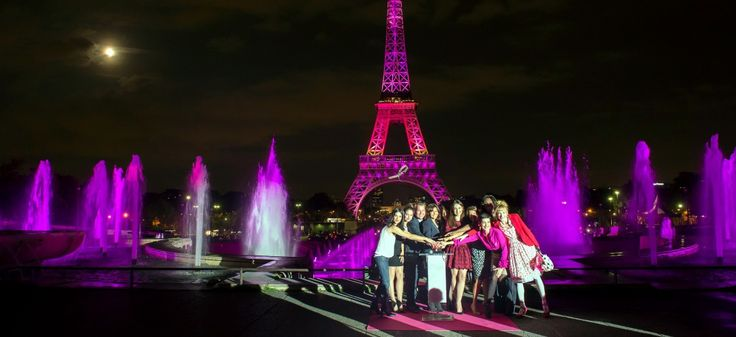Des actrices (Pauline Delpech, Marie Gillain,Elsa Zylberstein, Julie Depardieu) entourent la maire de Paris Anne Hidalgo devant la Tour Eiffel illuminée en rose, le 7 octobre 2014 | LIONEL BONAVENTURE / AFP