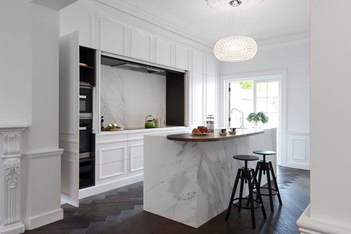 Cozinha clássica, elegante com molduras e mármore calcuta na bancada
