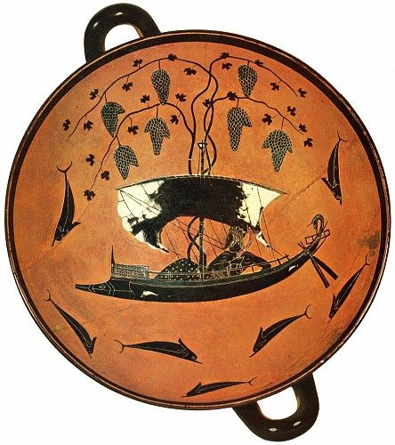 Kylix di Dioniso: interno; 530 a.C., Periodo Arcaico; ceramica dipinta a figure nere; tomba etrusca, Vulci; Antikensammlung, Monaco. Il dipinto ripropone una leggenda pervenutaci grazie al racconto di Apollodoro. Dioniso, nelle sembianze d un giovane, era stato incatenato su una nave da pirati etruschi che intendevano venderlo come schiavo. Il dio fece crescere  tralci di vite attorno all'albero maestro, si trasformò in leone e mutò in delfini i pirati che, terrorizzati, si buttavano in…