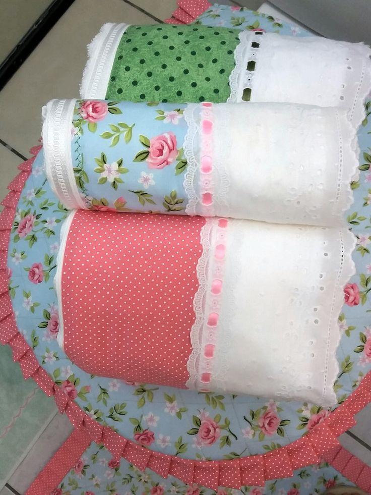 Jogo de banheiro composto por 6 peças:  1 tapete para frente da pia,1 tapete para tampa do vaso sanitário,1 tapete para saída do box  1 toalha de banho para ele  1 toalha de banho para ela  1 toalha de rosto  Toalhas felpudas marca Karsten