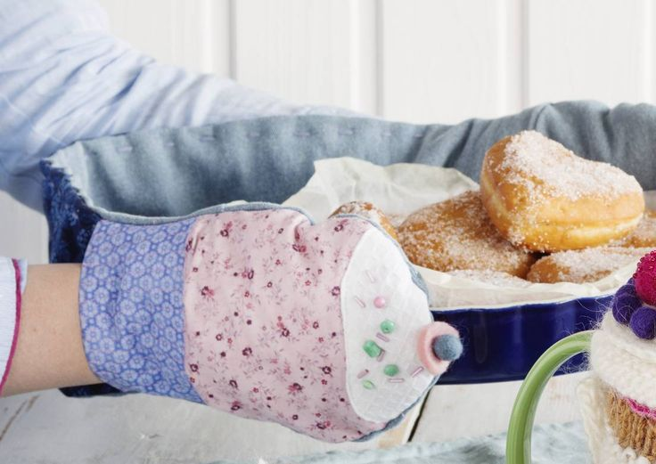 Ompele tuplauunikinnas, jonka päissä on muhkeat muffinssit. Diy double owen mitten with cupcakes. | Unelmien Talo&Koti Toimittaja: Hanna Sandström Kuva: Johanna Myllymäki