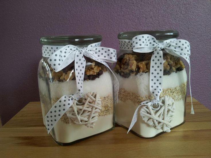 Koekjespot om cadeau te geven; 90 gr gesmolten boter en 1 ei toevoegen. Koekjes vormen en 20 minuten bakken in een voorverwarmde oven van 180 gr. Inhoud van de pot: 150 gr bloem, theelepel bakpoeder, 75 gr havermoutvlokken, 150 gr suiker, 1 zakje vanillesuiker, 50 gr gehakte chocolade of rozijnen en 50 gr gehakte noten
