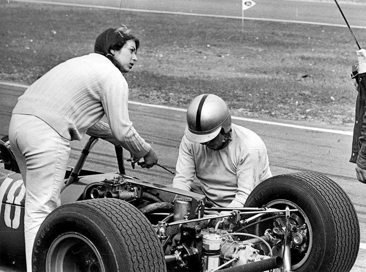 Trudel Schäfer ja sulhasensa Rolf Scheel korjaavat jälkimmäisen ajokkia. Varikkotunnelma on vuodelta 1967.