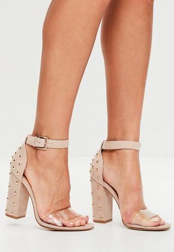 on aime trop ces sandales nudes avec leurs talons cloutés et leur bride transparente.