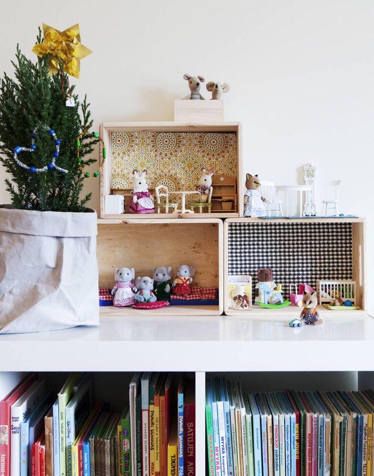 Kirsi-Marjan tapetoimista Bauhausin laatikoista syntyi lapsille oiva nukkekoti. Sen asukkeja ovat Sylvanian Families -lelueläimet. Osa niistä on Kirsi-Marjan vanhoja, osa uusia. Paperipussi on Pinosta. Otso on tehnyt hienot koristeet sypressiin.
