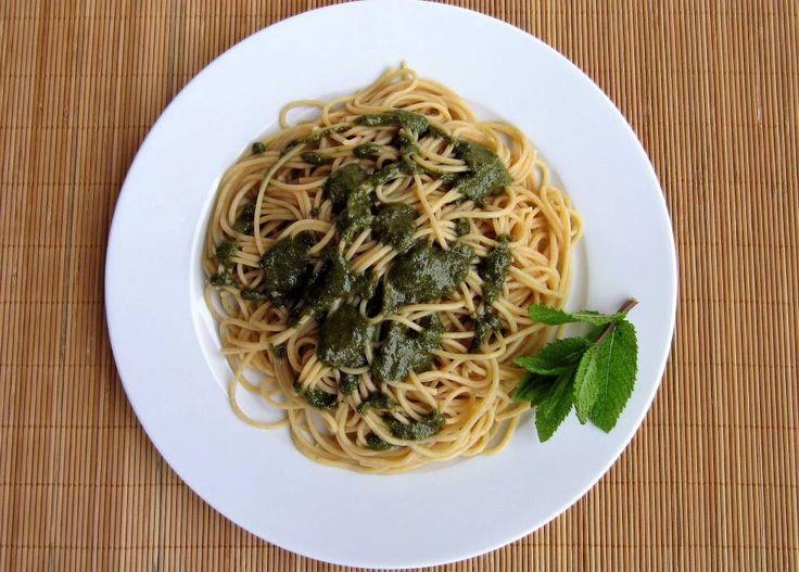 espaguetis con pesto de hierbabuena